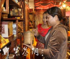 游客正在选购六堡茶